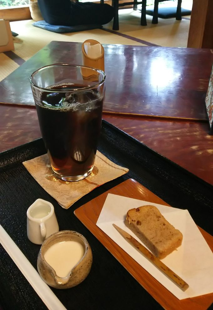 コーヒーを注文するとサービスにパウンドケーキが!