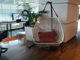 椅子好き感動!羽田空港の待ち時間が楽しくなるカフェ風フードコートのデザイナーズチェアーが凄い