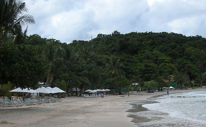 それぞれのホテルのビーチチェアーはもちろん無料!
