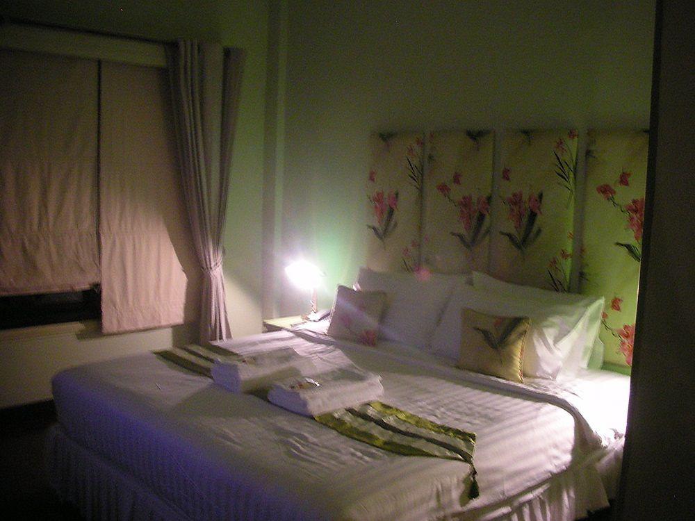 花をふんだんにあしらった、ロマンティックなベッドルーム