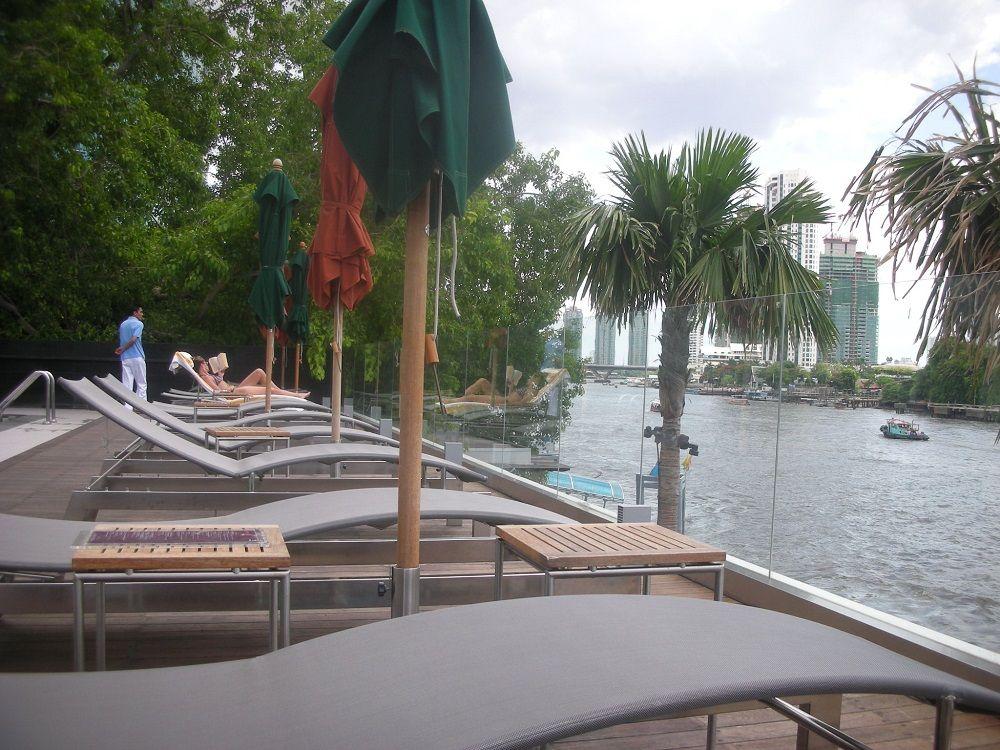私は川を飛ぶ鳥?デイベットに寝たままチャオプラヤー川浮遊できるロイヤルオーキッドシェラトン