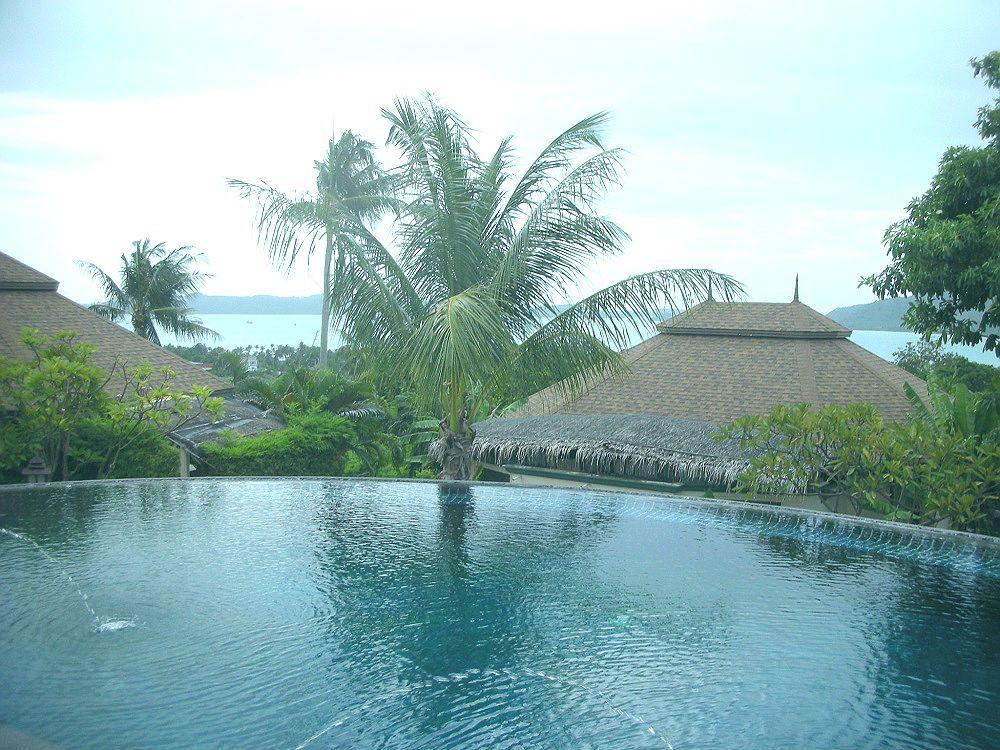 高台のプールから望むラワイビーチの美しさ!