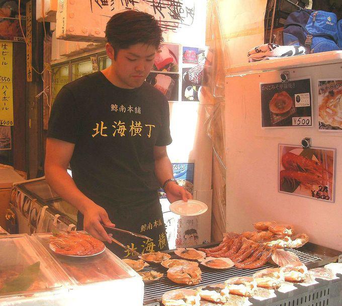 クジラ肉を扱う店先で、魚介炭火焼の良い匂い!鯨南本舗・北海横丁