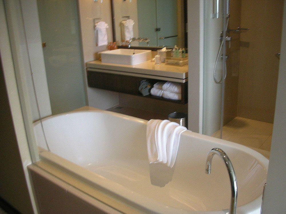 ガラス張りの広いバスルームで旅の疲れをゆったりと癒して