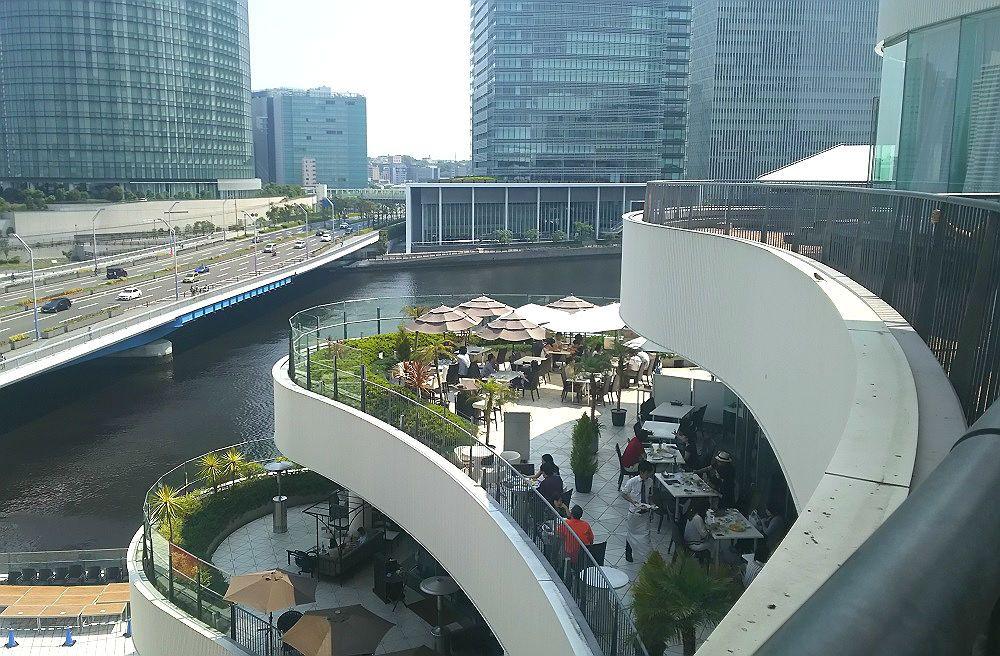 横浜ベイクォーターは巨大な客船のよう。デッキに見立てたテラスがおしゃれ!