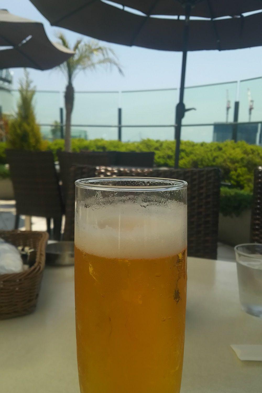 晴れた日の休日ランチはテラスで冷たいビールやワインを