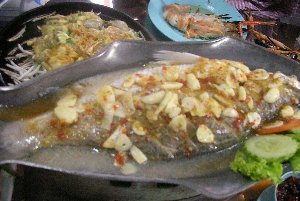 57シーフードは巨大な魚のスープ煮でも200バーツ!