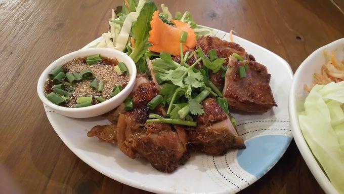 屋台風の肉横丁の雰囲気に溶け込むタイ料理屋ダオタイのガイヤーン
