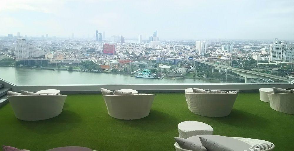 寝ころべば足元にバンコクの街並み。寛げるソファーエリアもあり