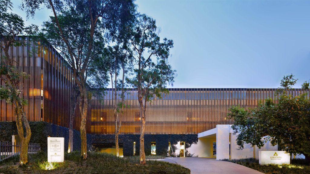 ピン川沿いに佇むアナンタラチェンマイリゾート&スパの外観はまるで美術館!