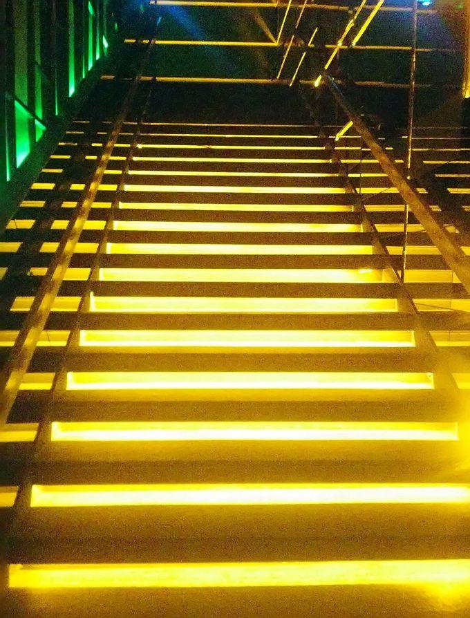 光輝く階段を抜けて天空のバーへ!