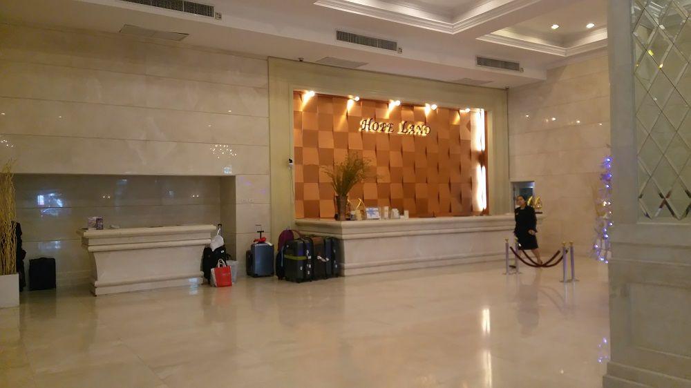 1泊1人2000円のホテルって…?シャンデリアがゴージャスなエントランスに思わずほっ…。