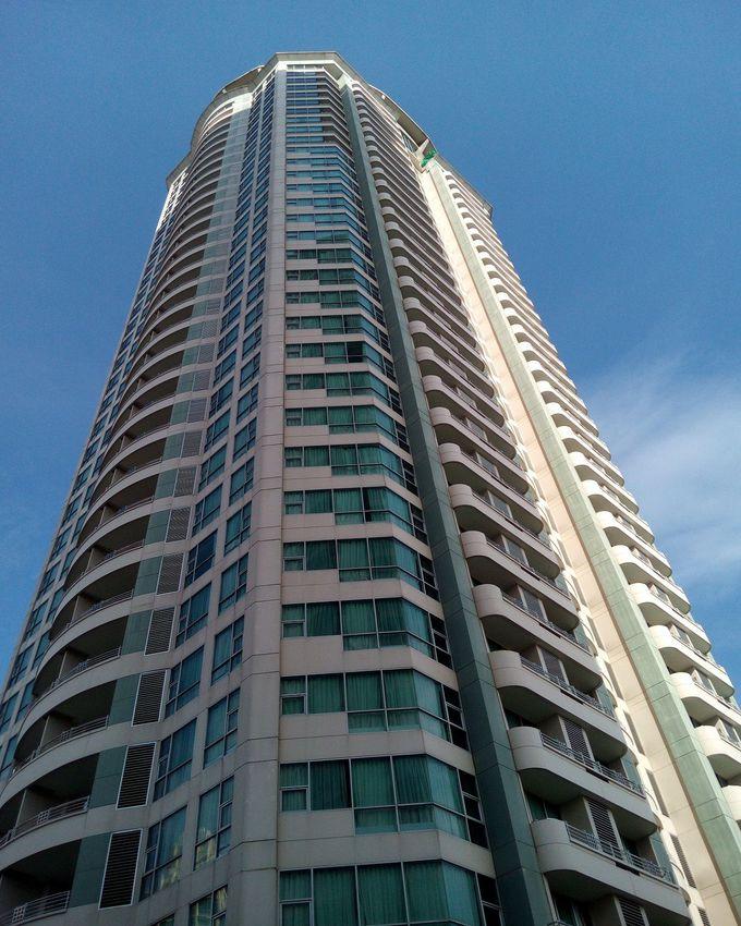 アナンタラブランドの稀少な高層ホテル「アナンタラバンコクサトーン」は写真に納まらないサイズ