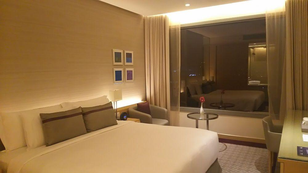 夜景・朝日も望める絶景客室はシンプルでおしゃれ