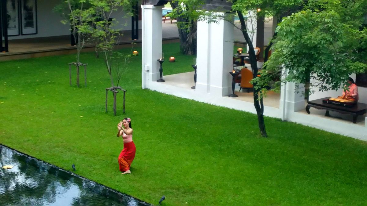 このホテルだけ?クラブラウンジのテラスからチェンマイ舞踊が鑑賞できる!