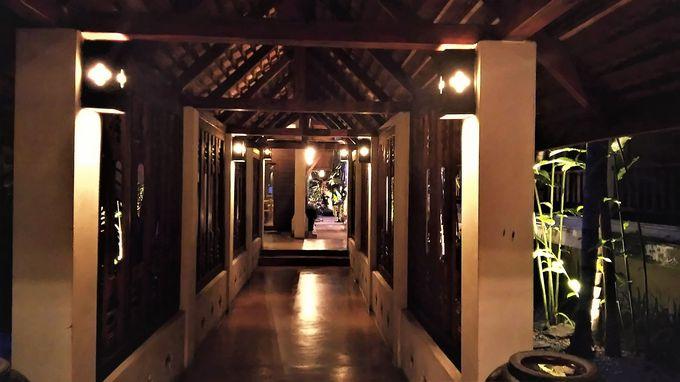 夜はさらに幻想的。闇に浮かび上がるランナー様式の寺院のよう!