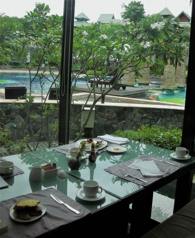 朝食はプレミアヴィラの静かなレストランで!