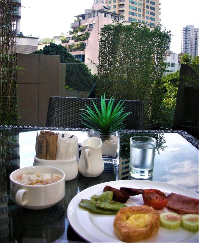 バンコクの高層ビルを眺めつつホテルのテラスで朝食を!