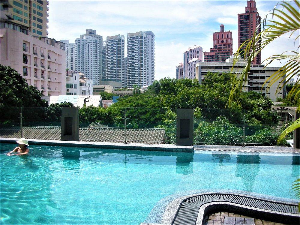 バンコクの素敵なホテルのプール!高層ビルの眺めが最高!