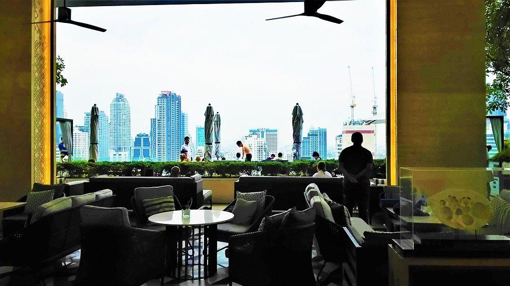 バンコクの摩天楼と一体化するインフィニティプール