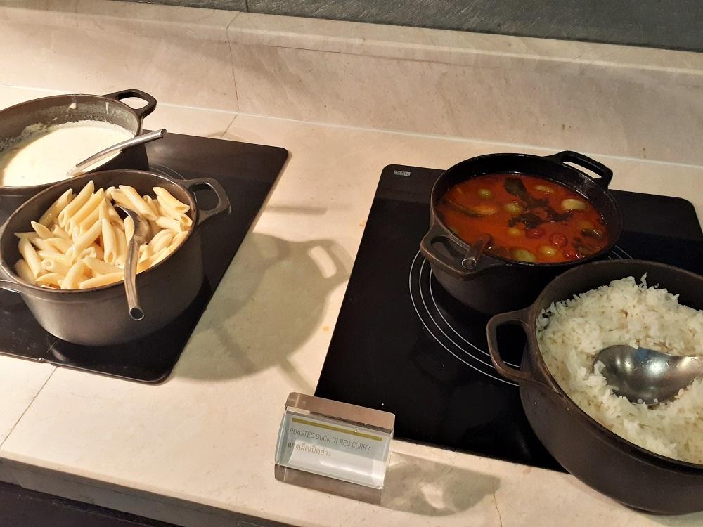 軽食の粋を超えたカクテルタイムのメイン料理
