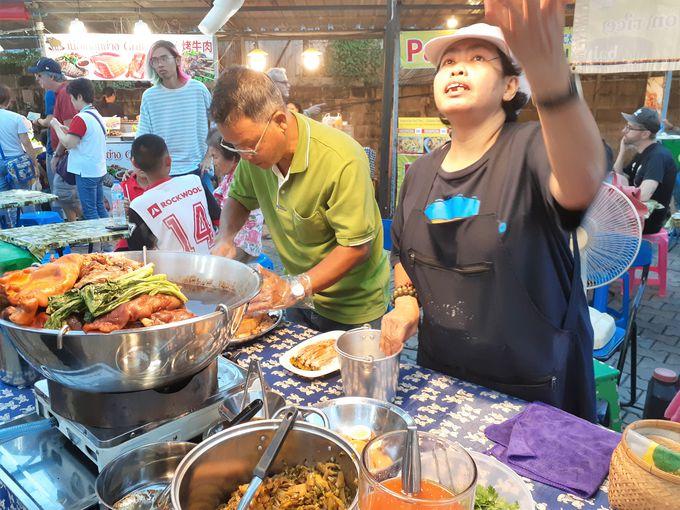 チェンマイサタデーマーケットは屋台グルメを楽しむ市場