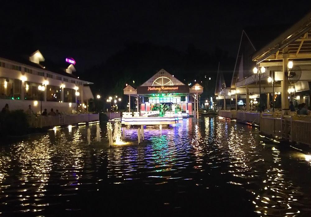 夜になるとライトアップ!水上に浮かぶ巨大ステージにびっくり!