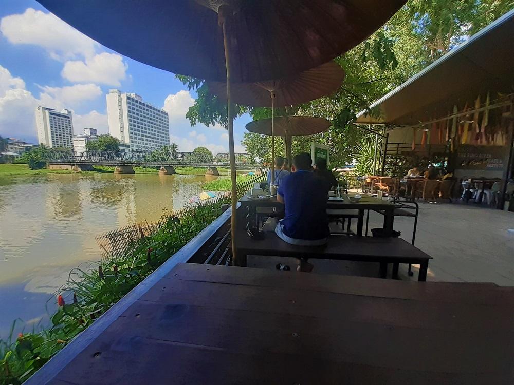 素朴なピン川を眺める極上のテラス席