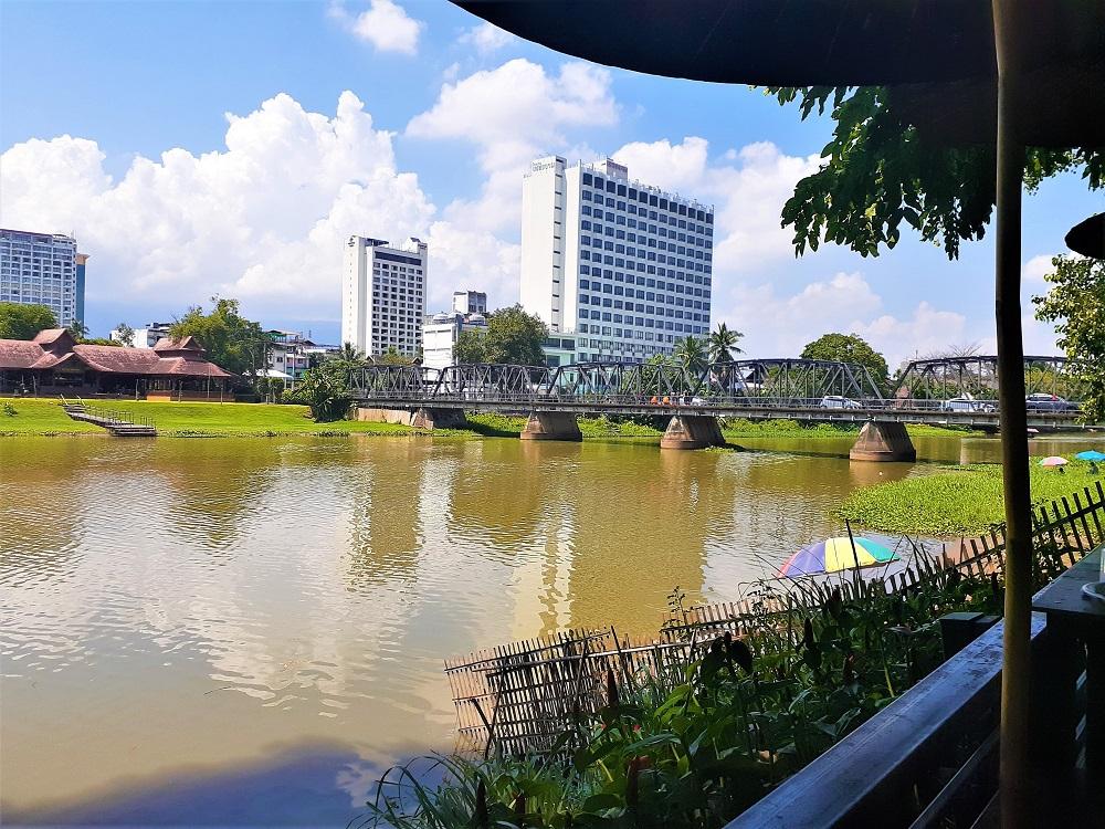 タイ映画でおなじみの小さな鉄橋を望むリバーサイドレストラン