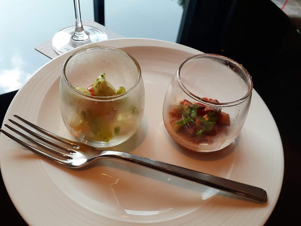 ガラスの小鉢に繊細に盛られたオードブルが美味