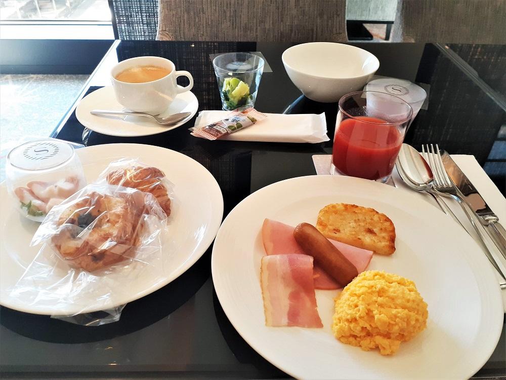 爽やかな緑を眺めながらいただく朝食も最高!