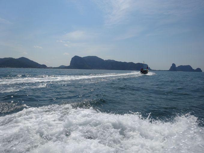 爽快に風をきるロングテールボートクルージング