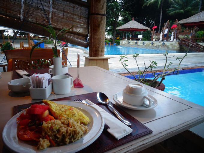 朝食はプールサイドで