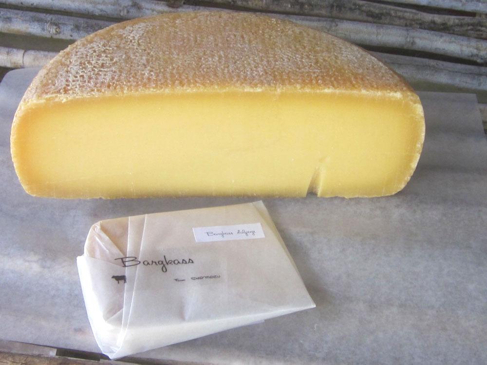 牛を飼い、その牛から採れたミルクで作る農家製チーズ
