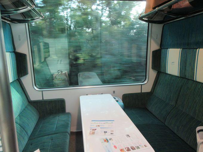 サロン席は大きな窓とテーブルが特徴!グループでわいわい