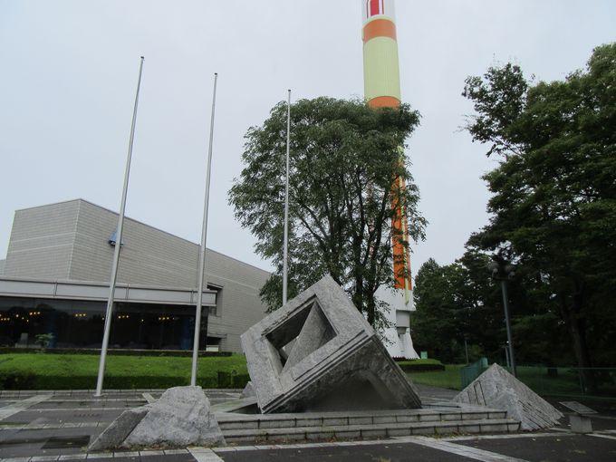 屋外展示には迫力満点のロケットやゆるぎ石