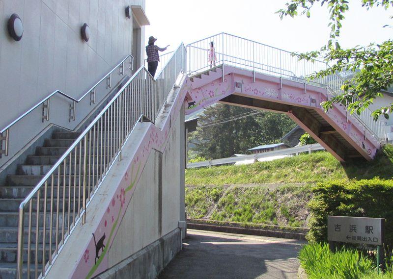 桜色の歩道橋は「希望のかけ橋」