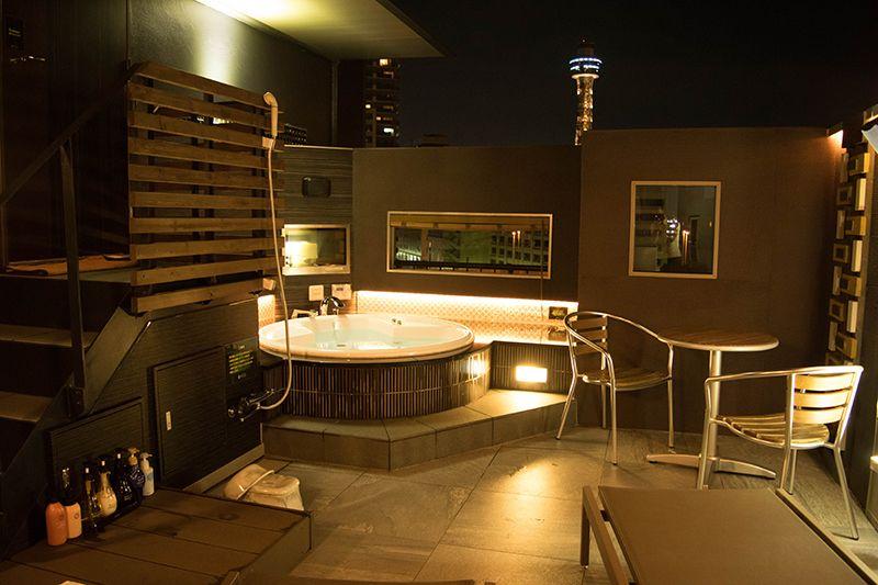 屋上露天風呂で夜景を見ながらリラックス