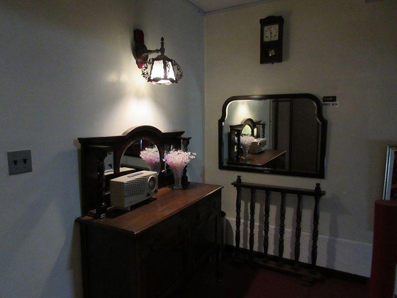 館内はアンティーク家具の宝庫