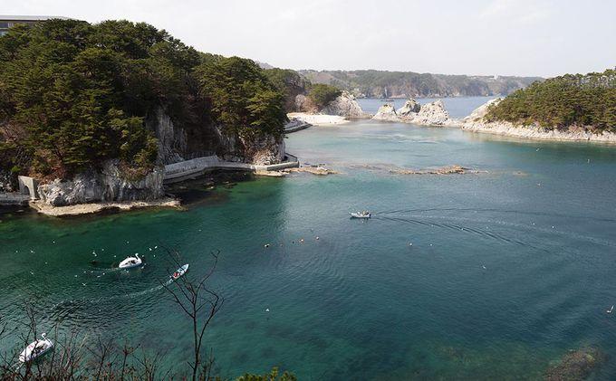 白い岩塊と透明度抜群の海