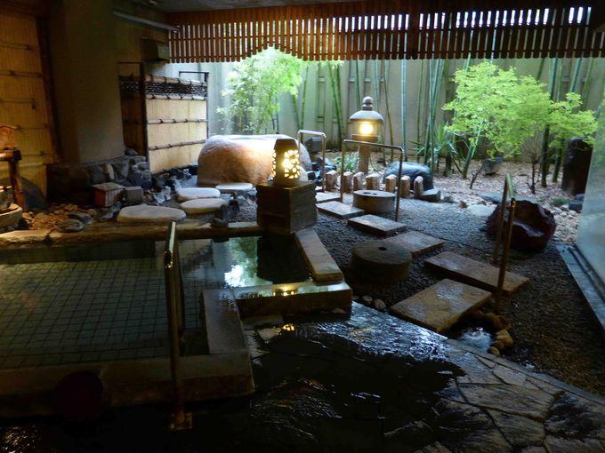 自慢のお風呂は、大浴場に寝湯や石風呂がある庭園風の露天風呂
