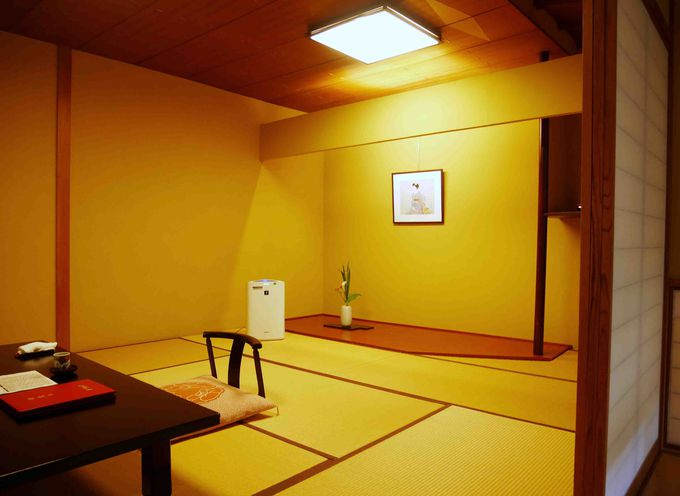館内は全館畳敷。純和風にこだわり、坪庭やしっとり落ちつくやすらぎのスペースなどこだわり感がいっぱい