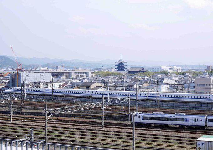 東寺の五重塔をバックに走る新幹線に特急はるか。スカイテラスからの眺めは最高!