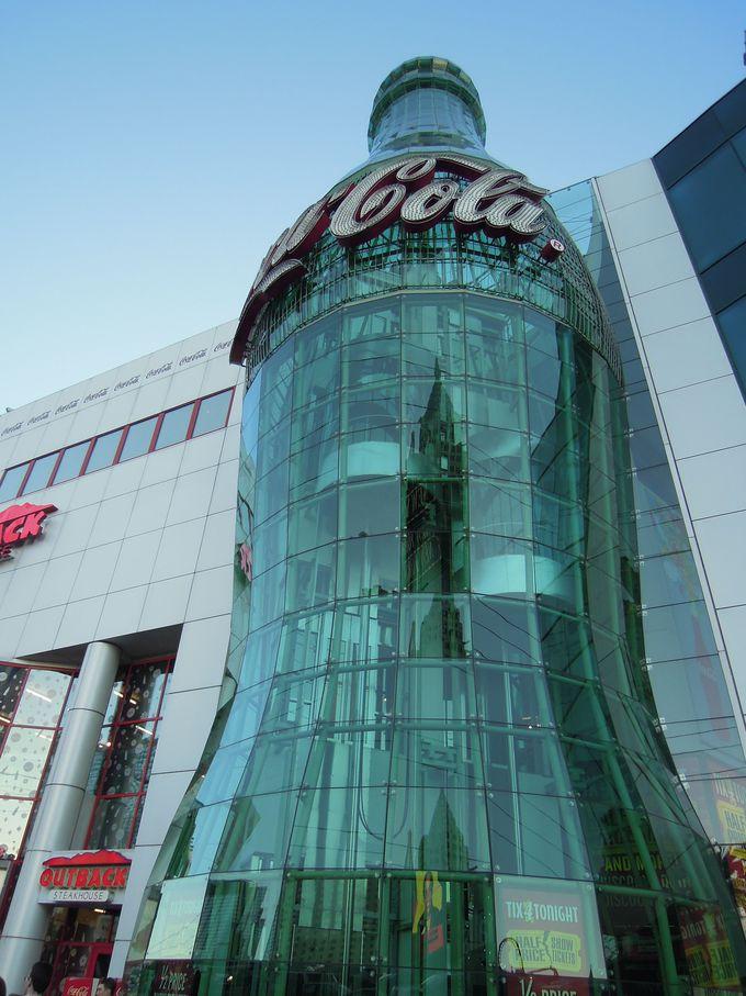 大きなボトルが目印!Coca-Colaショップ