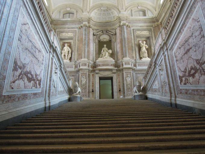 ナポリ王国の繁栄の象徴!部屋数1200を誇る巨大王宮