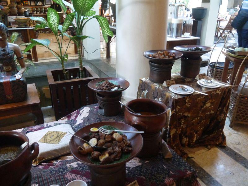 大満足の朝食!伝統的なジャムーやインドネシア料理もココで満喫