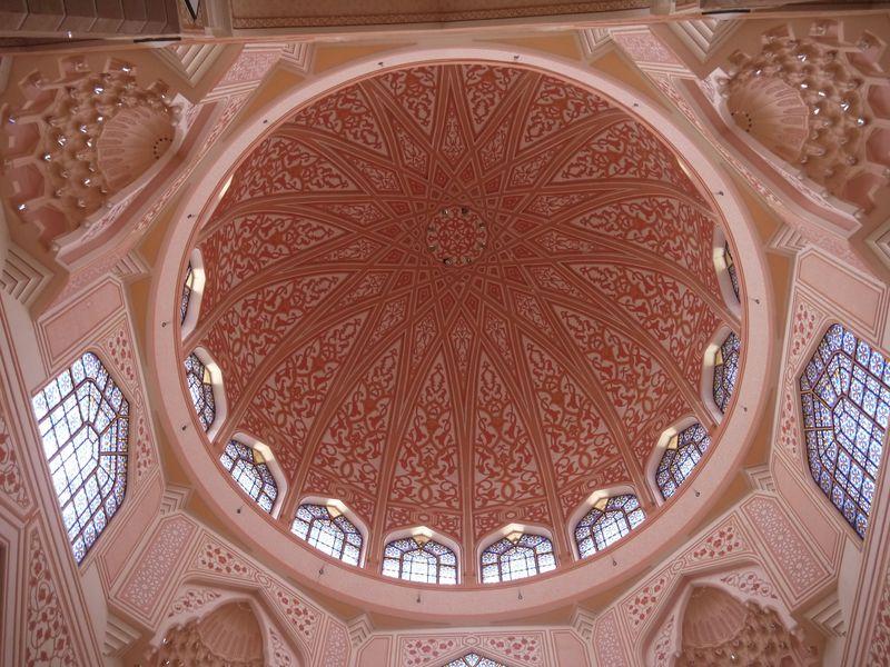 目玉はピンクモスク!「プトラ広場」で思い思いに過ごそう