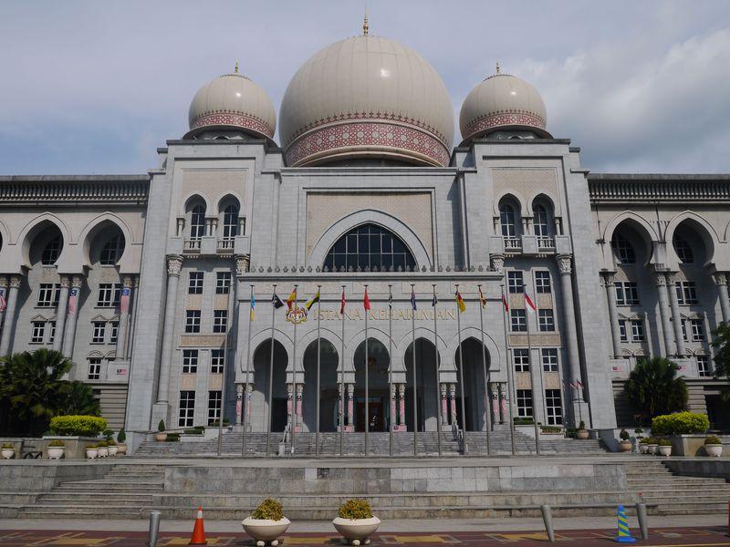 モスクを思わせる裁判所も!近未来都市の建物のを堪能
