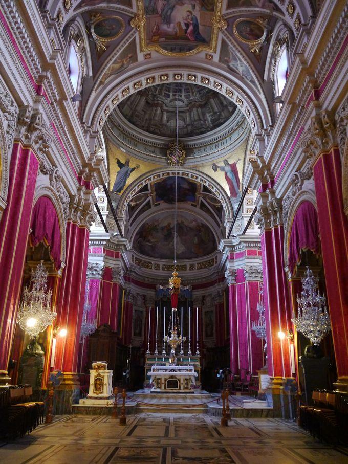 騙された?だまし絵のクーポラが話題の大聖堂