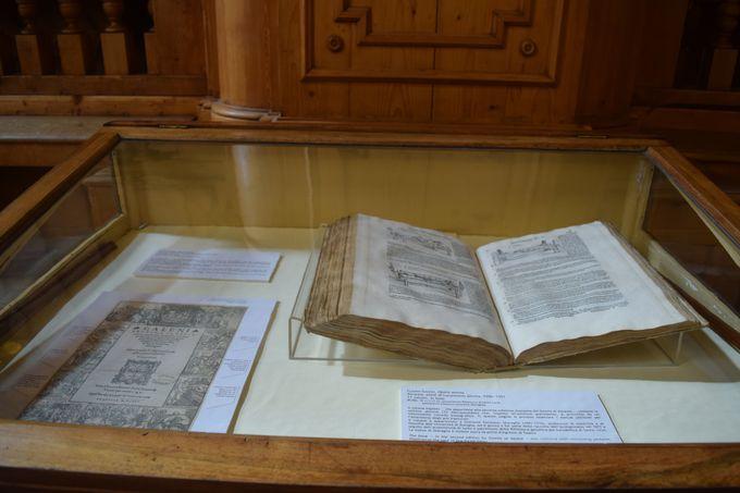 現在は市立図書館に!歴史ある書物の展示も